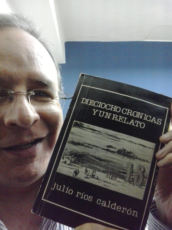 El autor, Julio Ríos Calderón, con su libro Dieciocho crónicas y un relato.