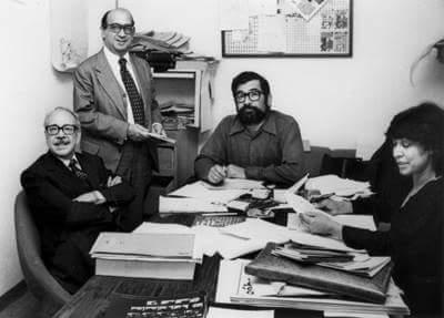 De izq. a dcha: Fernando Benítez, González Casanova, Huberto Batis y Cristina Pacheco, en la redacción de Sábado. Tomada del muro del mtro. Batis.