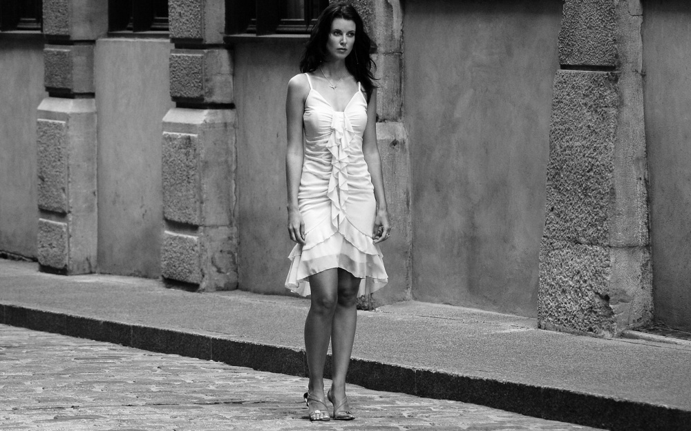 ws_Woman_in_the_street_1680x1050
